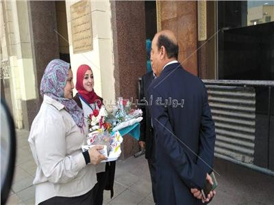 صور| في عيد الأم.. «السكة الحديد» تهدي ورودًا للمسافرات في محطة مصر