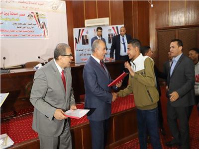 سعفان ومحافظ البحر الأحمر يوزعان 100 شهادة «أمان»