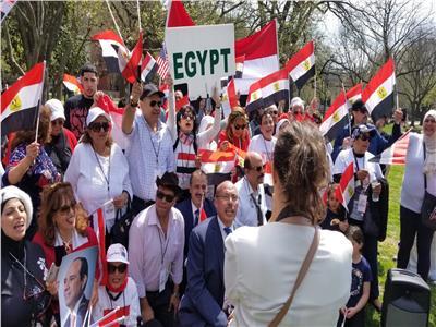 فيديو| الجالية المصرية تحتشد أمام البيت الأبيض ترحيباً بالرئيس السيسي
