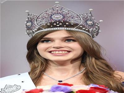 صور| رسامة شابة تتوج بلقب ملكة جمال روسيا