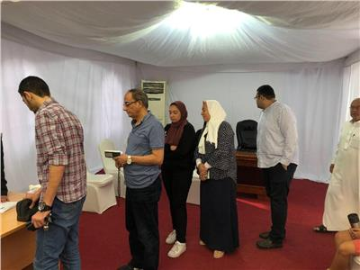 صور  توافد المصريين بأبو ظبي للمشاركة في استفتاء التعديلات الدستورية
