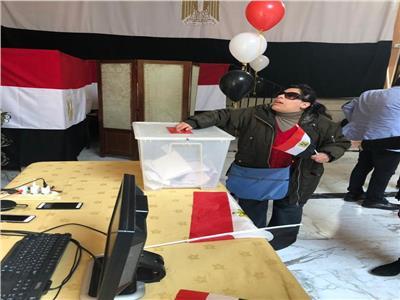 صور| فتاة كفيفة تشارك في استفتاء الدستور بالسفارة المصرية في روما