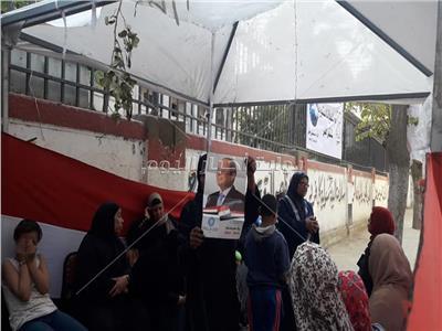 مواطنون يرفعون صور «السيسي» أمام لجان الاستفتاء بالمعادي
