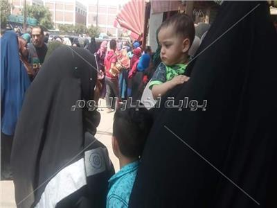 صور| النساء تتصدرن المشهد في الاستفتاء بلجان شبرا الخيمة