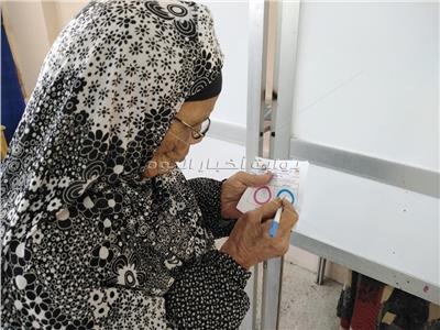 بعزيمة وإصرار.. كبار السن يحرصون على المشاركة في استفتاء دستور ٢٠١٩