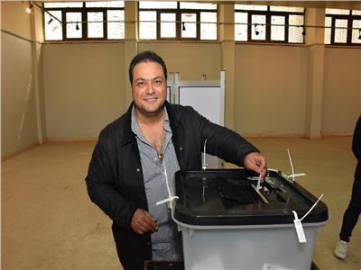 صور| بـ«الاسكوتر».. مراد مكرم يدلي بصوته في الاستفتاء