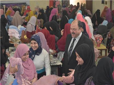 استعدادا لرمضان| نائب رئيس جامعة الأزهر يدشن معرضًا للملابس ببني سويف
