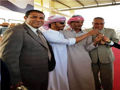 رئيس مدينة شرم الشيخ يسلم السيارات والكؤوس لفائزي سباق الهجن