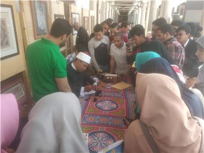 صور| ركن الخط العربي الأكثر ازدحاما في احتفال الجامع الأزهر بمرور 1079 عام هجري