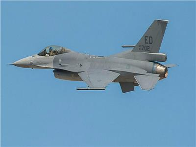 سقوط طائرة إف-16 فوق مبنى بولاية كاليفورنيا الأمريكية