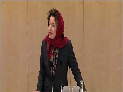 شاهد| نائبة بالبرلمان النمساوي ترتدي الحجاب.. ومرصد الأزهر يشيد بتضامنها