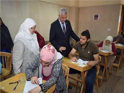 رئيس جامعة المنوفية يتفقد امتحانات كلية الصيدلة