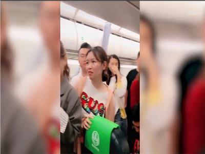 شاهد  راكبة صينية تعطل إقلاع طائرة بسبب التسوق