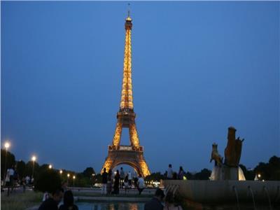 إخلاء برج إيفل بباريس بعد تسلق رجل للمزار الشهير