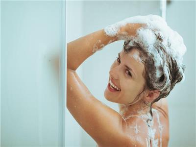 تعرف على أضرار غسل الشعر يوميا