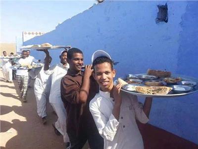 «صواني» السمك وجبة الغذاء المفضلة في العيد لقبائل أسوان
