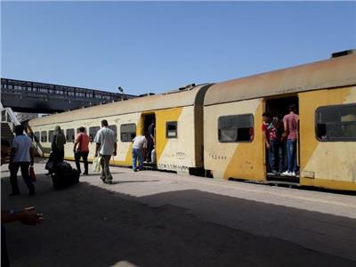 مصرع وإصابة عاملين سقطا من قطار كفر الشيخ