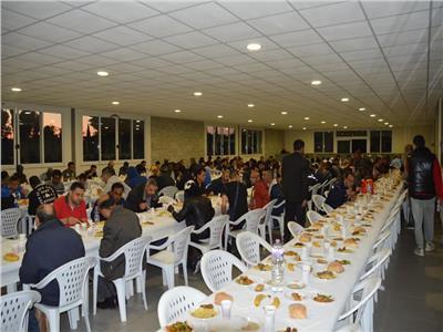 صور| مصري يقيم أطول مائدة إفطار في إيطاليا