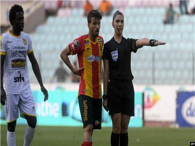 فيديو| أول امرأة عربية «حكم في مباراة كرة قدم للرجال» بتونس