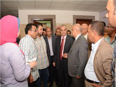 رئيس جامعة أسيوط يتابع سير العمل بمعهد جنوب مصر للأورام