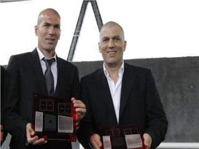 لاعبو ريال مدريد يقفون دقيقة حدادا لوفاة شقيق زيدان