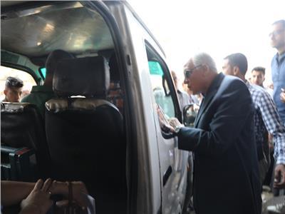 محافظ الجيزة : إلغاء تراخيص 20 سيارة سرفيس مخالفة للتعريفات