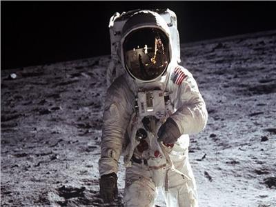 بنس يحتفل بعرض بدلة أبو للو ويؤكد: سياستنا العودة للقمر ومنه للمريخ