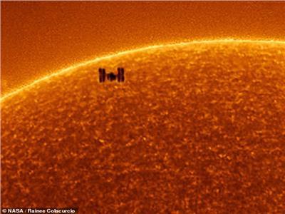 فيديو  صور مذهلة خلال مرور محطة الفضاء الدولية أمام الشمس