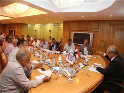 محافظ قنا يتابع منظومة استرداد أراضي الدولة وطلاء واجهات المنازل والنظافة