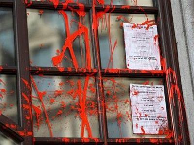 محتجون على تغير المناخ يلطخون سفارة البرازيل في لندن بطلاء أحمر
