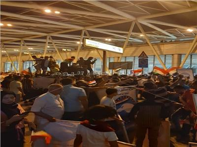 صور وفيديو| الجماهير تحتشد في مطار القاهرة لاستقبال أبطال اليد