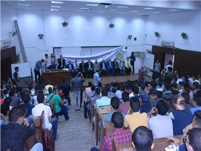 بالصور .. رئيس جامعة الأزهر يتفقد كلية طب بنين القاهرة.. ويوزع هدايا