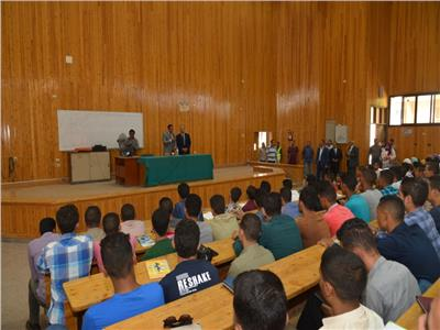 نائب رئيس جامعة أسيوط يتابع سير العملية التعليمية بالكليات