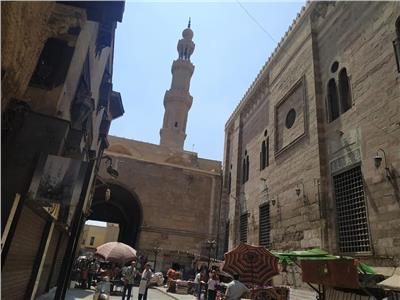 فيديو وصور| حكاية شارع الغورية.. من «حياكة الملابس السلطانية» إلى سوق عشوائي كبير