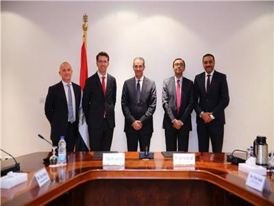 وزير الاتصالات يشهد توقيع صفقة استحواذ «فودافون»