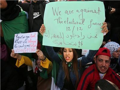 صور  قبل ساعات من الانتخابات الجزائرية .. مظاهرات و دعوات للمقاطعة