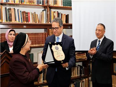 جمعية آثار إسكندرية تهدي درعها لـ«العناني» تقديرًا لمجهوداته