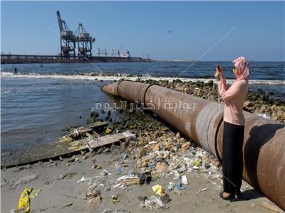 صور| ملوثات «المجاري» تأكل الأخضر واليابس في شواطئ غرب الإسكندرية