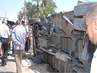 إنقلاب سيارة محملة كابلات كهربائية بالطريق الزراعي في أبو حمص