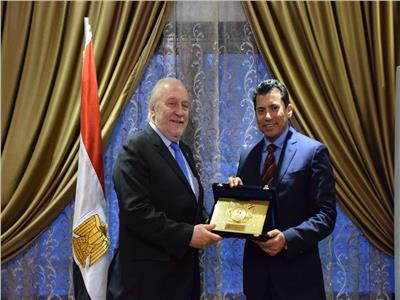 وزير الشباب والرياضة يستقبل رئيس الاتحاد الدولي للاسكواش