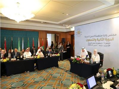 درع «العمل العربية» لرؤساء الفرق المشاركة في المؤتمر السنوي بـ«عُمان»