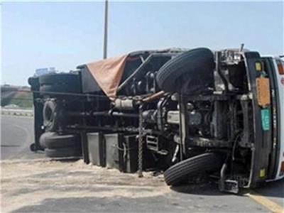 كثافات مرورية بسبب انقلاب سيارة نقل أعلى دائري المريوطية
