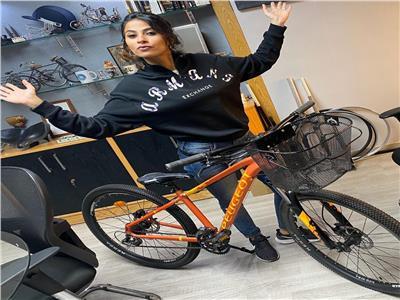 روبي تتحدى ملل كورونا بـ«الدراجة»