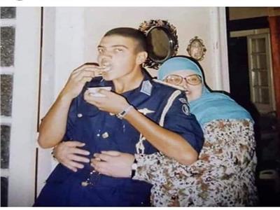 صورة| الشهيد البطل المنسي بملابس الحربية ووالدته تحضنه