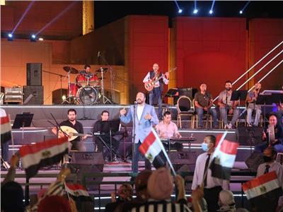 «الحجار» يهدي اللبنانيين «طبطب بروحك».. وعلم مصر يخطف الأنظار