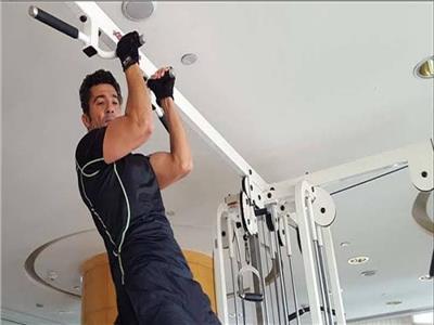 فيديو| خالد النبوي يمارس الرياضة في المنزل.. وينشغل بتصوير «قمر 14»