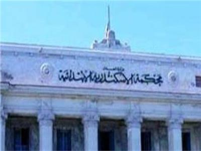 عاطل يعتدي على قاتل شقيقه بـ«كتر» داخل محكمة الإسكندرية