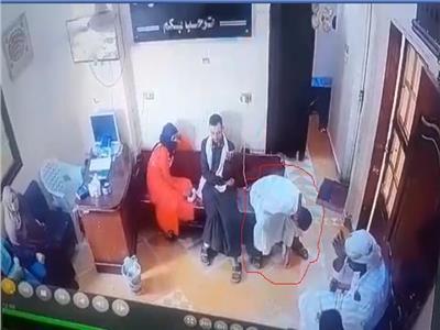 فيديو  «موت الفجأة».. رافق زوجته المريضة للطبيب فخرج محمولاً على الأعناق