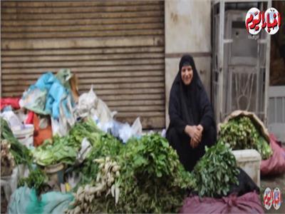 بائعة «الفجل».. تحارب الفقر بـ«حالة رضا».. وهذه أمنيتها لابنتها وزوجها الكفيف «فيديو»