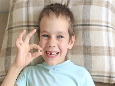 أسباب ظهور «أسنان القرش» للأطفال